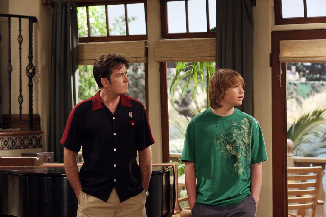 Nicht einmal vor Erpressung schreckt Jake (Angus T. Jones, r.) zurück, nur um Charlie (Charlie Sheen, l.) als Beifahrer für seinen Lernführerschein... - Bildquelle: Warner Brothers Entertainment Inc.