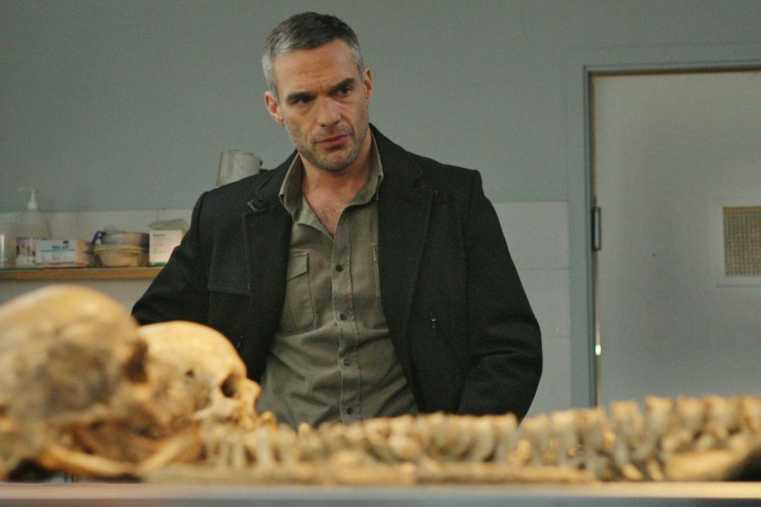 Eigentlich wollte Rocher (Philippe Bas) nur einer Spur nachgehen, die seinen aktuellen Mordfallbetrifft, doch dann machen er und Chloé auf einem abg... - Bildquelle: 2014 BEAUBOURG AUDIOVISUEL