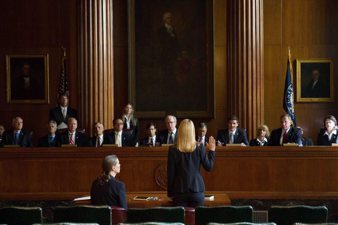 Muss nach dem Anschlag auf die CIA-Zentrale vor einem Untersuchungsausschuss des Senats aussagen: Carrie (Claire Danes, vorne r.) ... - Bildquelle: 2013 Twentieth Century Fox Film Corporation. All rights reserved.
