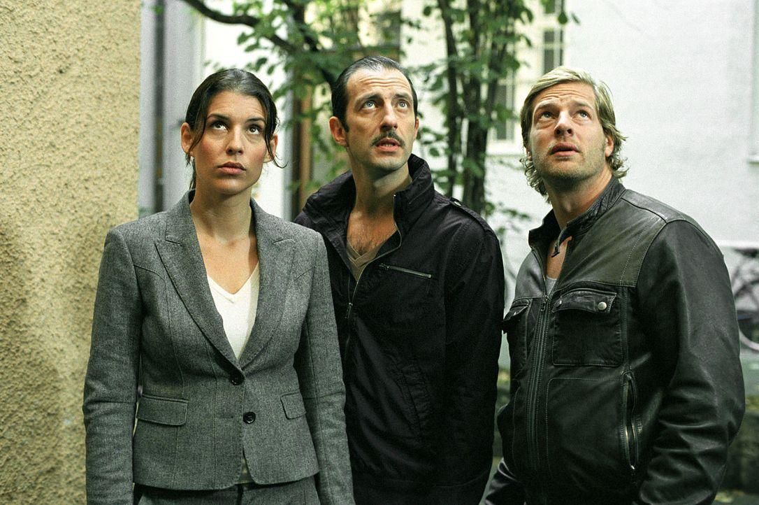 Müssen einen heimtückischen Mord aufklären: Nina (Elena Uhlig, l.), Leo (Henning Baum, r.) und Wacker (Jannis Spengler, M.) ... - Bildquelle: SAT.1