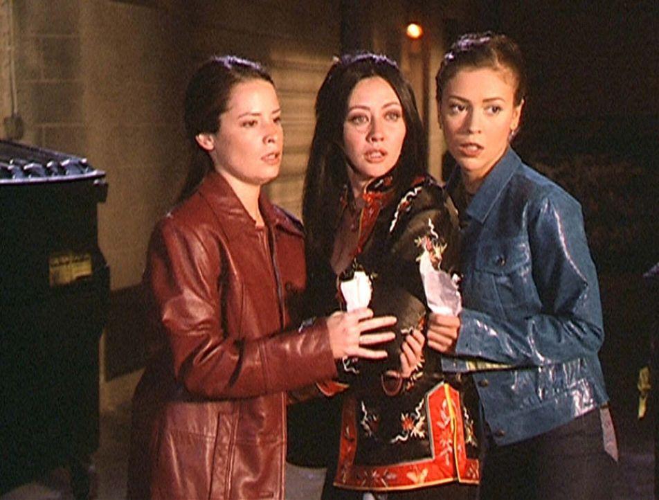 (v.l.n.r.) Piper (Holly Marie Combs), Prue (Shannen Doherty) und Phoebe (Alyssa Milano) sind sich nicht ganz sicher, ob ihr Zauber gegen die apokaly... - Bildquelle: Paramount Pictures