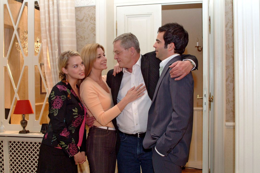 Die Seidels sind wieder komplett: Überglücklich nehmen Kim (Lara-Isabelle Rentinck, l.), Laura (Olivia Pascal, 2.v.l.) und David (Mathis Künzler,... - Bildquelle: Sat.1