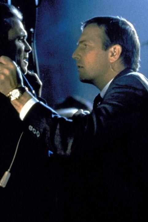 Frank Farmer (Kevin Costner, r.), ein ehemaliger Leibwächter Ronald Reagans, wird als Beschützer des Popstars Rachel Marron in ein Netz aus Intrig... - Bildquelle: Warner Bros.