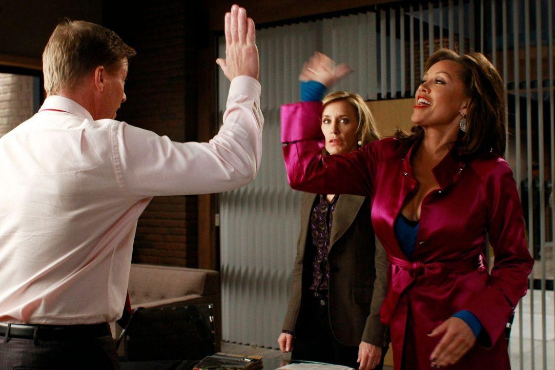 Während Lynette (Felicity Huffman, M.) und Renee (Vanessa Williams, r.) mit der Einrichtung von Toms (Doug Savant, l.) beschäftigt sind, erfährt Fel... - Bildquelle: ABC Studios