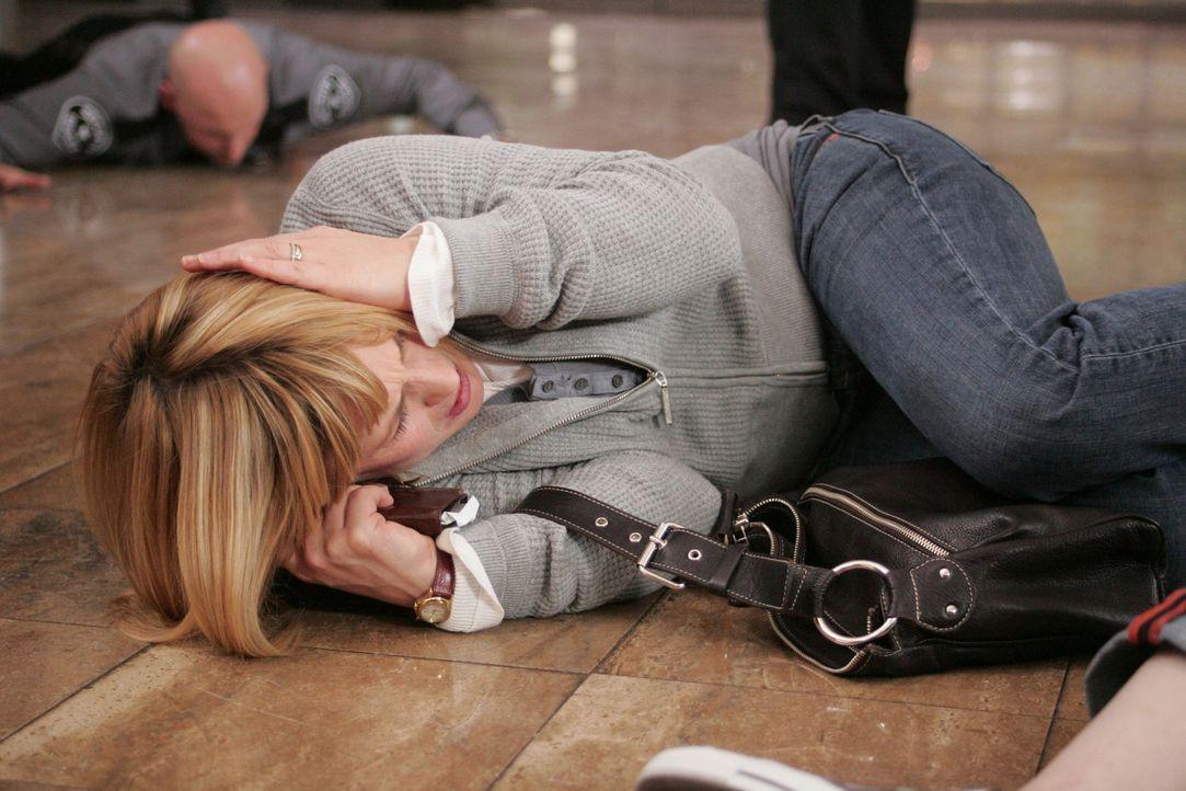 Im Traum wird Allison Dubois (Patricia Arquette) in einen Banküberfall verwickelt … - Bildquelle: Paramount Network Television