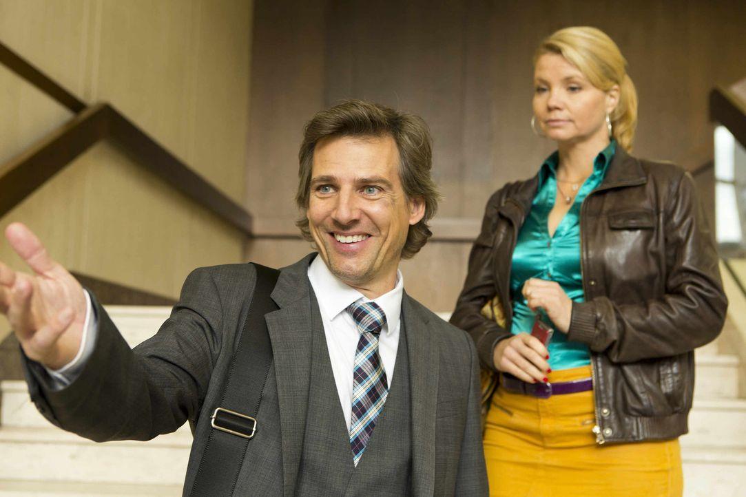 Staatsanwalt August von Grün (René Steinke, l.) hat sich nach der gemeinsamen Nacht mit Danni (Annette Frier, r.) in den Kürbissen klammheimlich... - Bildquelle: Frank Dicks SAT.1