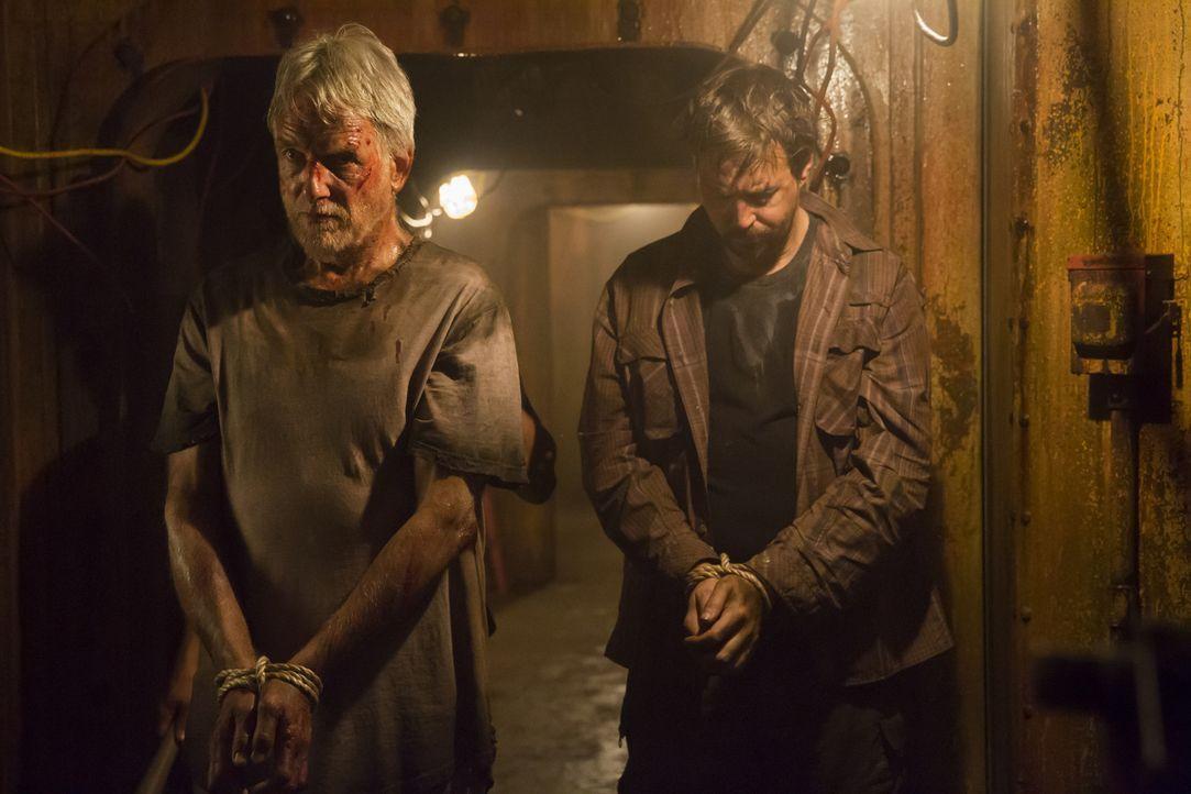 Der Rebellen-Boss möchte McGee (Sean Murray, r.) und Gibbs (Mark Harmon, l.) Informationen entlocken, die er zu Geld machen kann. Bleiben die beiden... - Bildquelle: Monty Brinton 2017 CBS Broadcasting, Inc. All Rights Reserved.