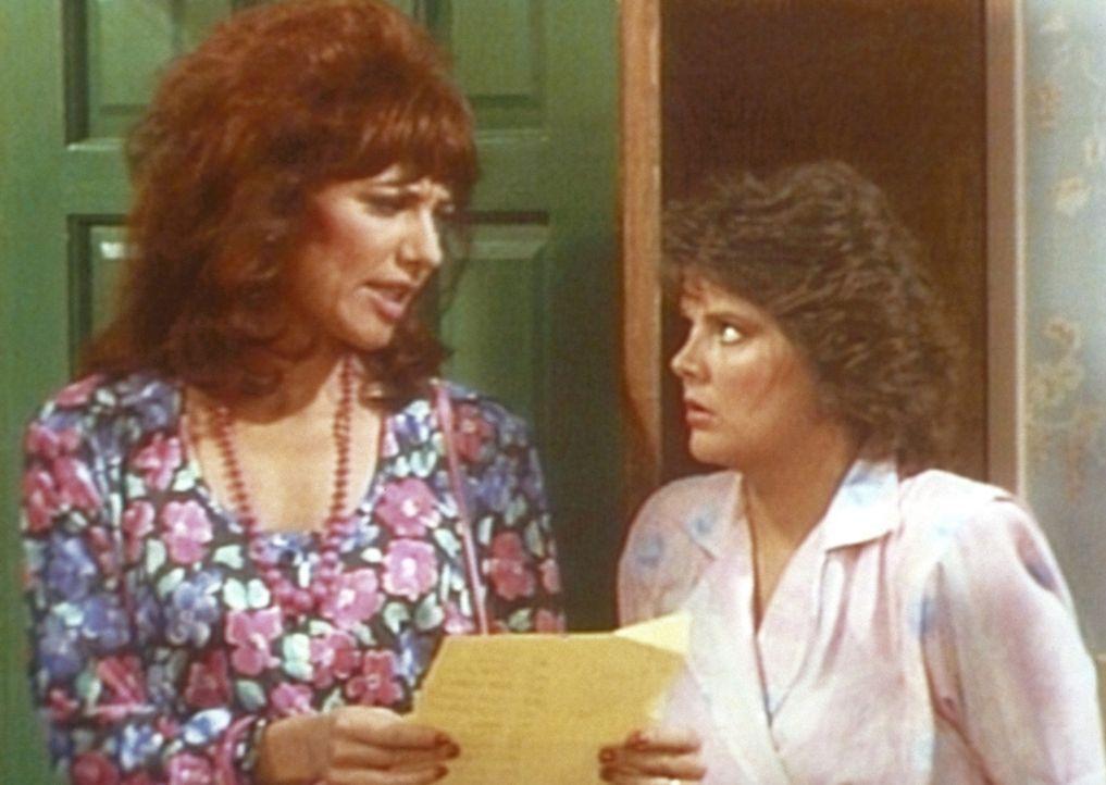 Marcy (Amanda Bearse, r.) bietet Peggy (Katey Sagal, l.) an, für ein Wochenende auf ihre Kinder aufzupassen. - Bildquelle: Columbia Pictures