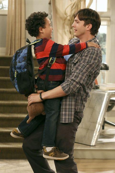 Walden (Ashton Kutcher, r.) hat große Angst, Louis (Edan Alexander, l.) zu verlieren, nachdem Sozialarbeiterin Ms. McMartin herausgefunden hat, dass... - Bildquelle: Warner Brothers Entertainment Inc.
