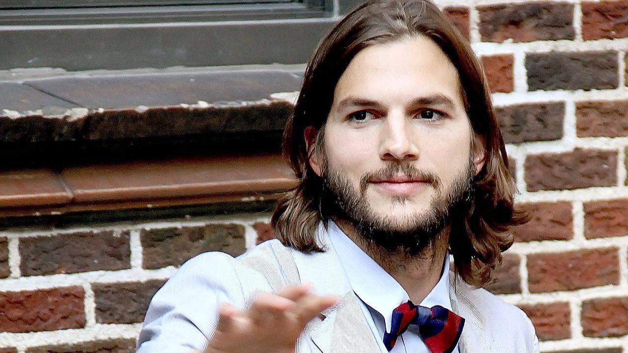 ashton-kutcher-11-08-24-winkt-fliege-HRC-WENN - Bildquelle: WENN
