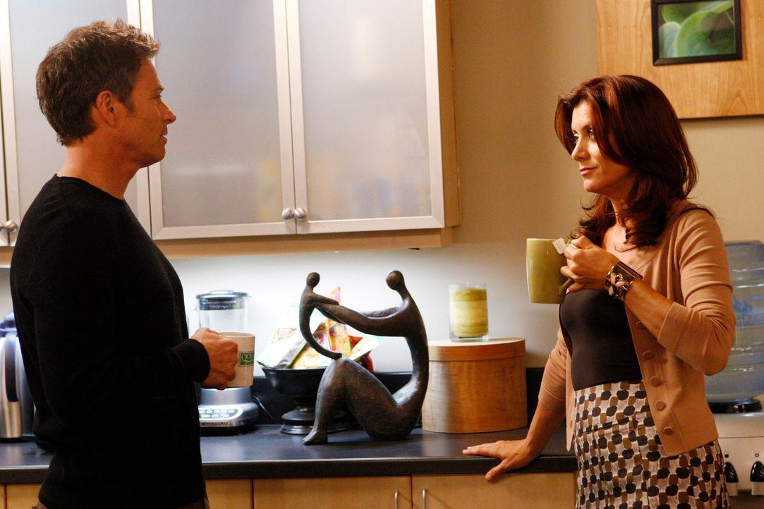 Pete (Tim Daly, l.) fragt Addison (Kate Walsh, r.), ob sie mit ihm ausgehen will, doch Addison erzählt ihm von Kevin, dem Polizisten, bei dem sie si... - Bildquelle: ABC Studios