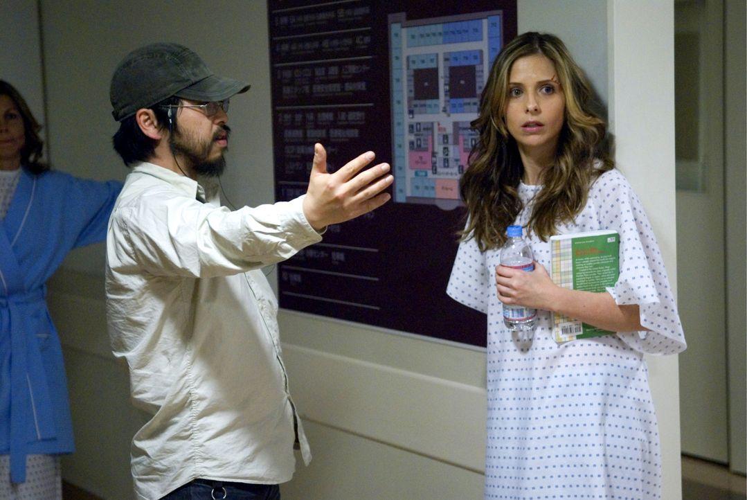 Letzte Anweisungen von Regisseur Takashi Shimizu (r.) an Sarah Michelle Gellar (l.), die die Rolle der Karen spielt. - Bildquelle: Ghost House Pictures