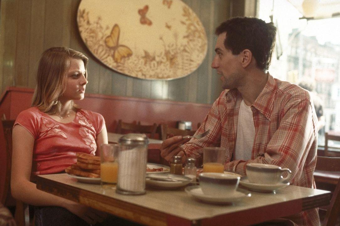 Der Taxifahrer Travis Bickle (Robert De Niro, r.) macht der 12-jährigen Prostituierten Iris (Jodie Foster, l.) den Vorschlag, sie zu ihrer Familie... - Bildquelle: Columbia Pictures