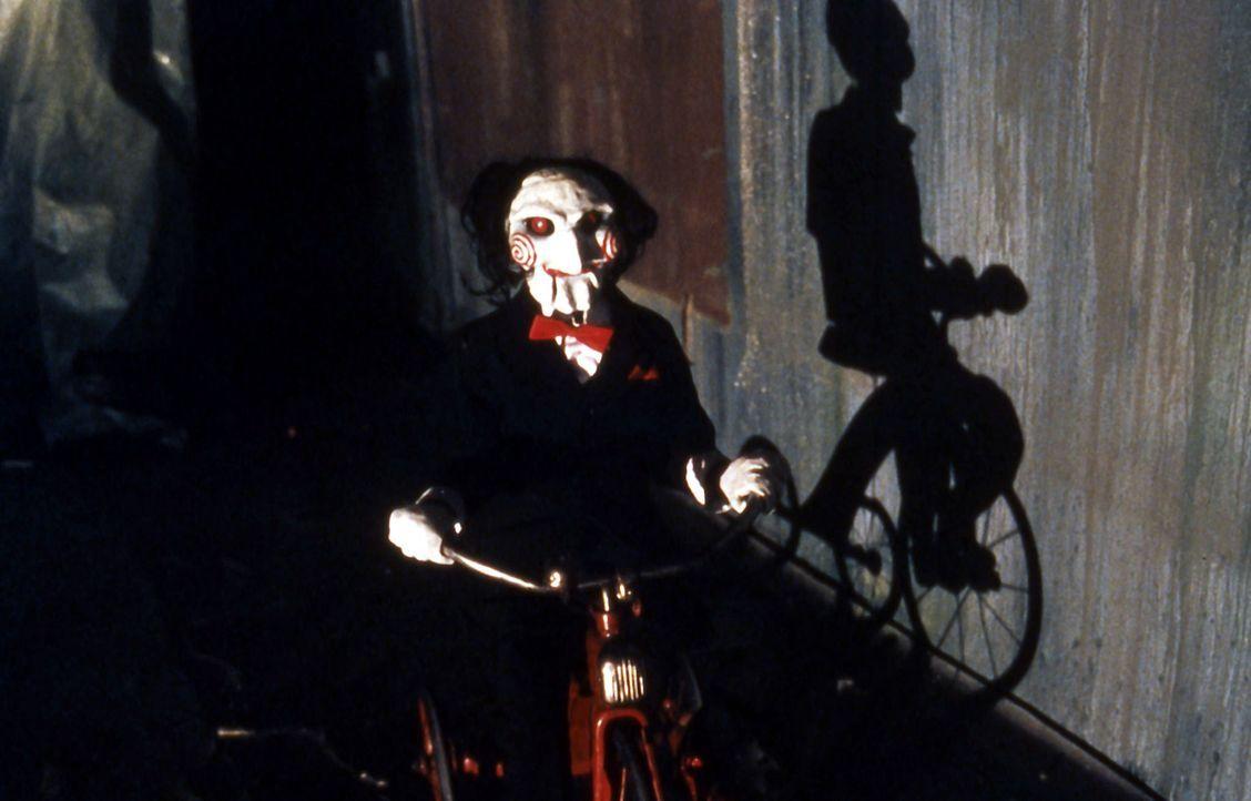 Der Jigsaw Killer (Tobin Bell) entführt Menschen, die seiner Auffassung nach das Leben nicht zu schätzen wissen. Er setzt die Opfer lebensbedrohli... - Bildquelle: Twisted Pictures