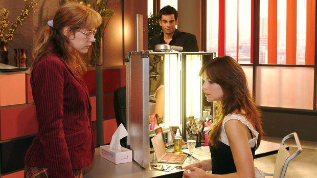 Lisa (Alexandra Neldel, l.) ist überfordert, als Mariella (Bianca Hein, r.) s...