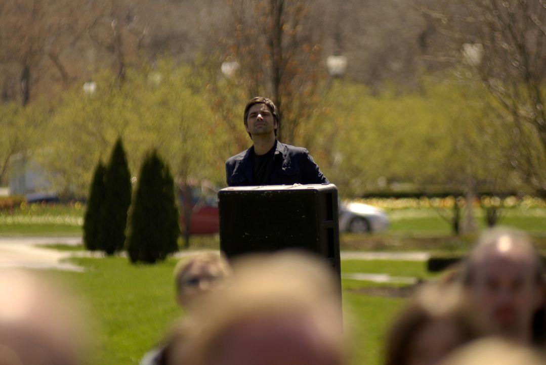 Tony Gates (John Stamos), entdeckt Neela auf der Anti-Kriegs Demo in der Menge, und versucht zu ihr durchzudringen. Doch als die Menge unruhig wird,... - Bildquelle: Warner Bros. Television