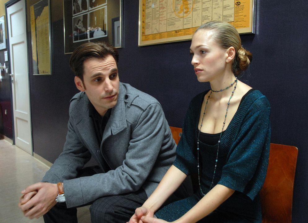 Kann Kommissar Matuschka (Max von Thun, l.) Annas (Julie Engelbrecht, r.) Befürchtungen zerstreuen? Denn die junge Tänzerin hat große Angst davor, d... - Bildquelle: Alfons Kowatsch SAT.1