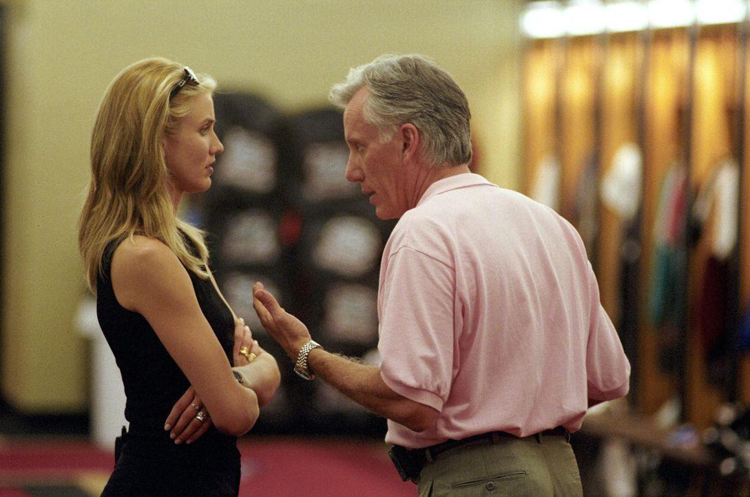 Dr. Harvey Mandrake (James Woods, r.) macht Christina (Cameron Diaz, l.) wenig Hoffnung auf die baldige Genesung des Quarterbacks Jack Rooney ... - Bildquelle: Warner Brothers