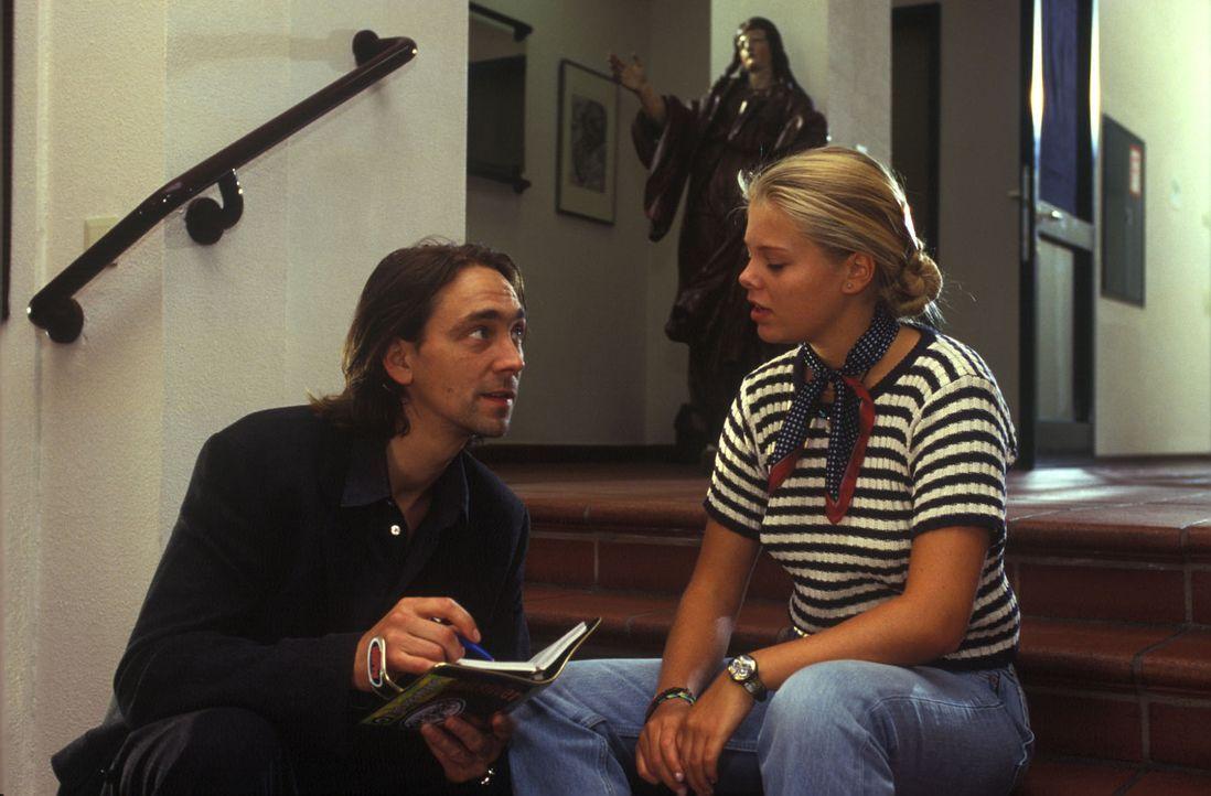 Frieder Holm (Stefan Hunstein, l.) verabschiedet Natalie (Anne Sophie Briest, r.) aus dem Heim. - Bildquelle: Sat.1