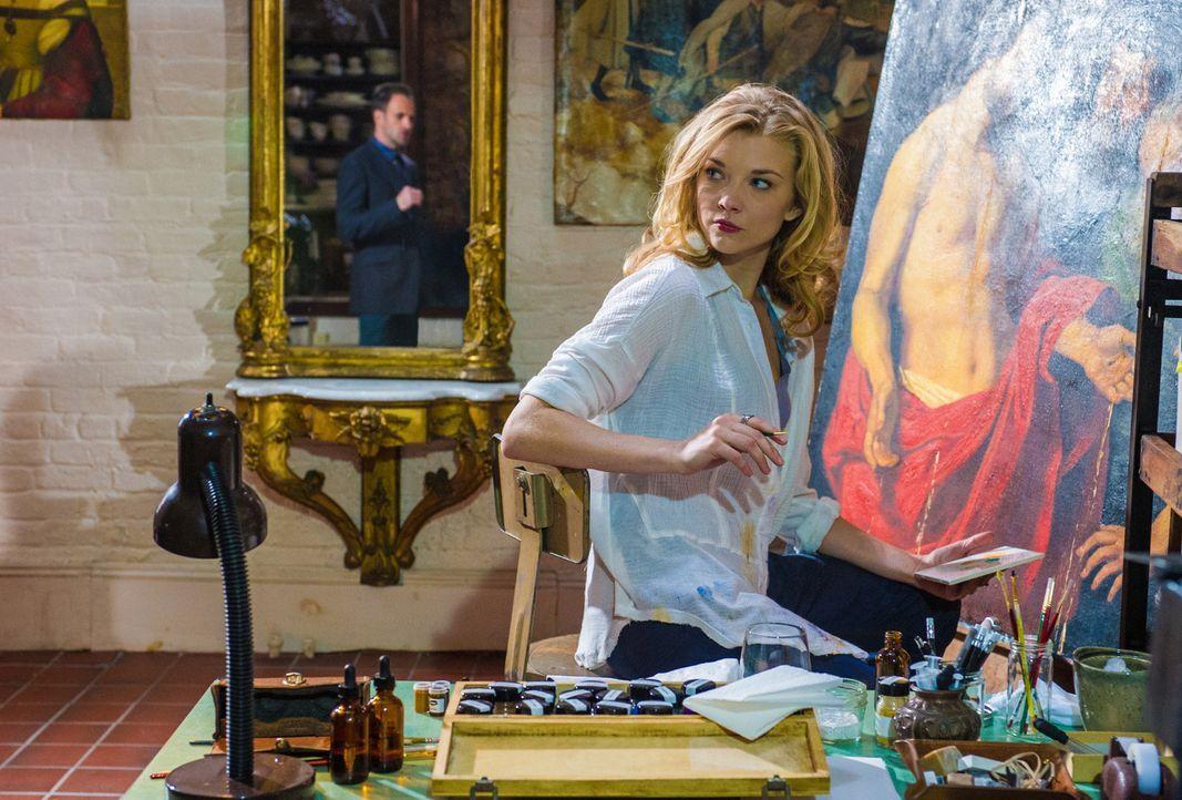 Ihr plötzliches Auftauchen erinnert Sherlock Holmes an seine Vergangenheit: Irene Adler (Natalie Dormer) ... - Bildquelle: CBS Television