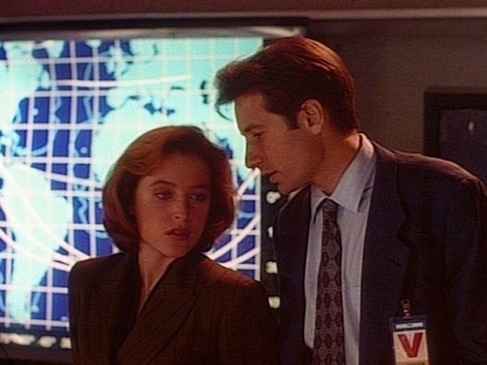Scully (Gillian Anderson, l.) und Mulder (David Duchovny, r.) dürfen den Start des Space Shuttles auf der Kommandobrücke verfolgen. - Bildquelle: TM +   Twentieth Century Fox Film Corporation. All Rights Reserved.