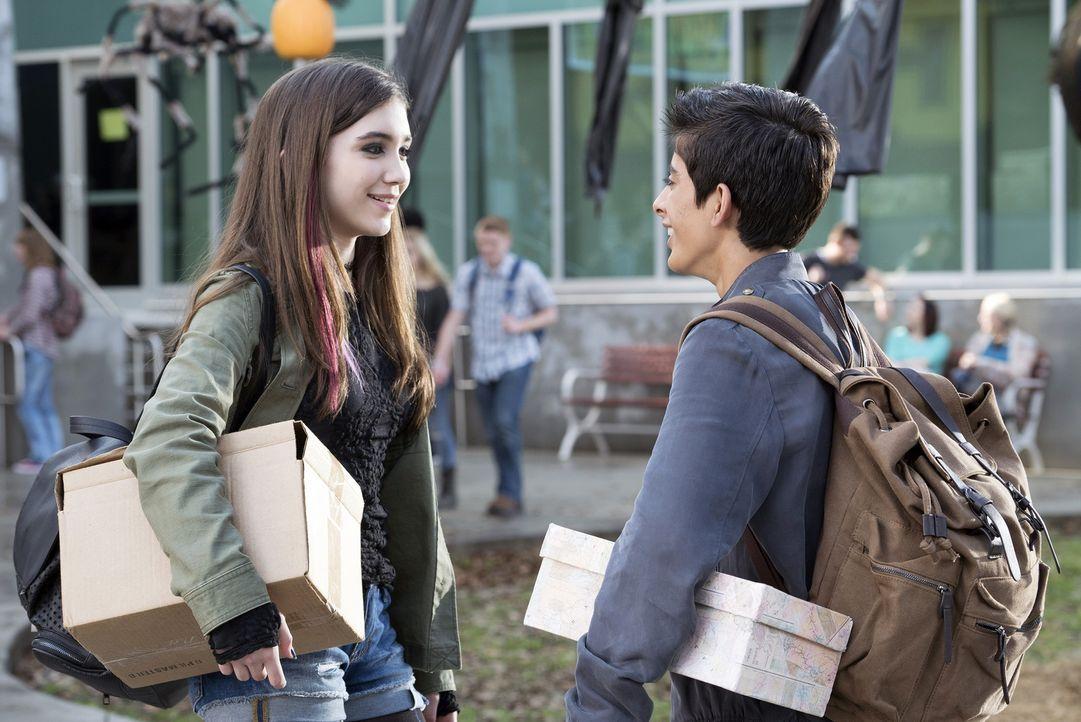 Auch, wenn Cleo (Rowan Blanchard, l.) für den Rest der Schule unsichtbar zu sein scheint, ist sie zufrieden mit dem einzigen Freund, den sie hat. Mi... - Bildquelle: 2015 Disney Enterprises, Inc. All rights reserved.