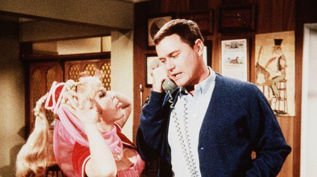 Jeannie (Barbara Eden, l.) ist beleidigt, als Tony (Larry Hagman, r.) ihr mit...