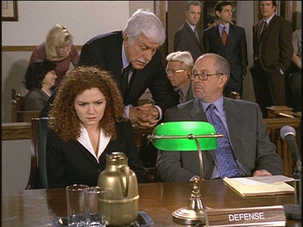 Mark (Dick Van Dyke, M.) kündigt Jill (Brigid Conley Walsh, l.) und deren Verteidiger McNamara (Granville Van Dusen, r.) an, dass er einen Belastun... - Bildquelle: Viacom