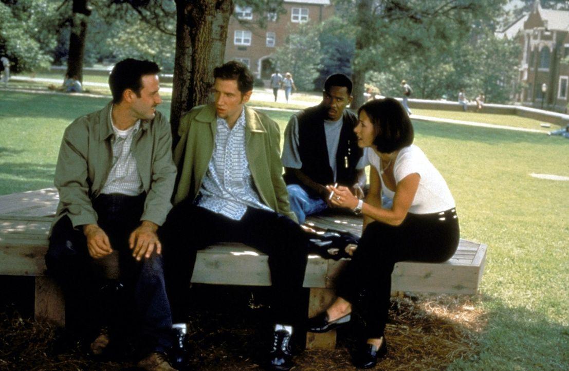 Die bestialischen Ereignisse überschlagen sich, plötzlich ist jeder auch Opfer: Dewey (David Arquette, l.), Randy (Jamie Kennedy, 2.v.l.), Joel (D... - Bildquelle: Kinowelt Filmverleih GmbH 1997