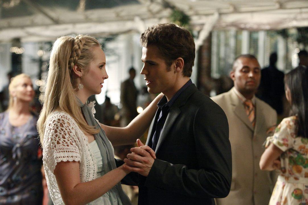 Auf dem Gründerfest warnt Stefan (Paul Wesley, r.) die hübsche Caroline Forbes (Candice Accola, l.) vor seinem Bruder Damon. - Bildquelle: Warner Bros.