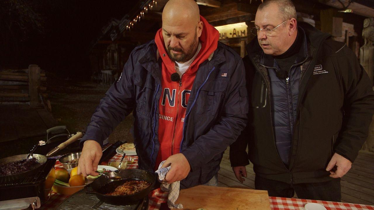 Jumbo Schreiner (l.) hat sich für Silvester etwas ganz Besonderes zum Essen einfallen lassen: ein Drei-Gänge-Menü vom Grill. Mitten im Winter! - Bildquelle: ProSieben