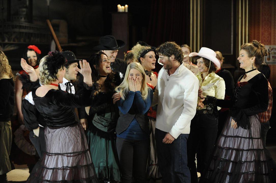 Anna (Jeanette Biedermann, M.l.) und Jonas (Roy Peter Link, M.r.) sind überwältigt, über das tolle Überraschungsfest ihrer Freunde ... - Bildquelle: SAT.1