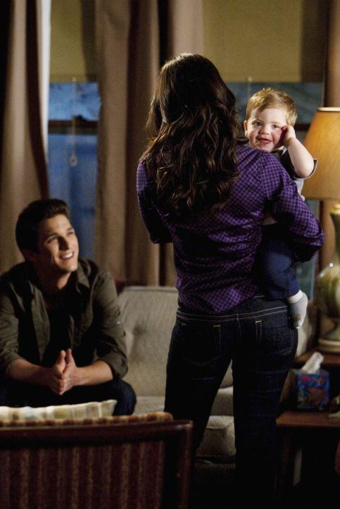 Ricky (Daren Kagasoff, l.) ist froh, dass auch Adrian (Francia Raisa, 2.v.r.) gut mit dem kleinen John klarkommt ...