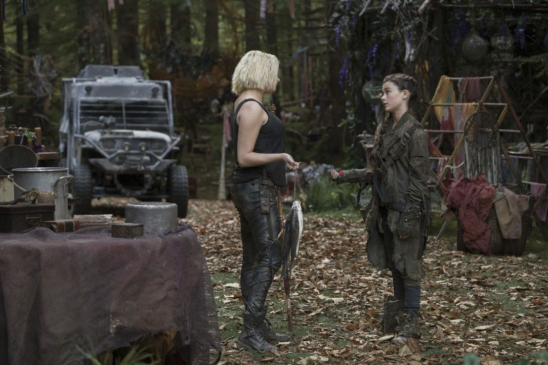 (v.l.n.r.) Clarke Griffin (Eliza Taylor); Madi (Lola Flanery) - Bildquelle: Jack Rowand 2018 The CW Network, LLC. All rights reserved./Jack Rowand