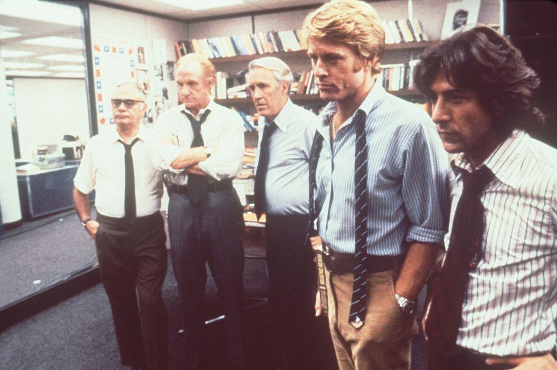 Gespannt sehen sich Simonis (Martin Balsam, l.), Rosenfeld (Jack Warden, 2.v.l.), Bradlee (Jason Robards, M.), Woodward (Robert Redford, 2.v. r.) un... - Bildquelle: Warner Bros.