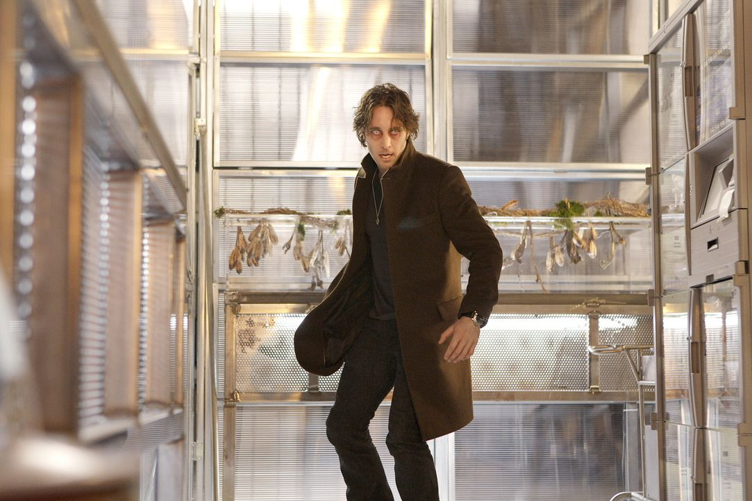 Mick (Alex O'Loughlin) ahnt nicht, dass sein Gegner ein ganz besonderer Vampir ist ... - Bildquelle: Warner Brothers