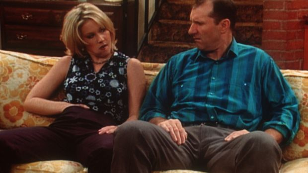 Nichts im Hirn, aber die Hand in der Hose. Kelly (Christina Appelgate, l.) is...