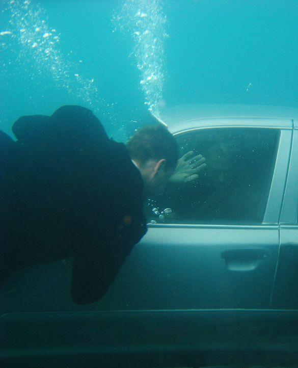 Tony (Michael Weatherly, l.), der das Unglück aus  der Nähe beobachtet hat, versucht die Gibbs (Mark Harmon, r.) und Madie Taylor aus dem Auto zu... - Bildquelle: CBS Television