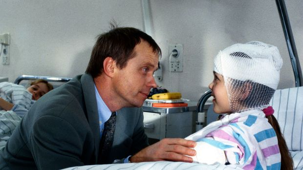 Die kleine Lisa Jederle (Ramona Germscheid, r.) wurde von einem unbekannten M...