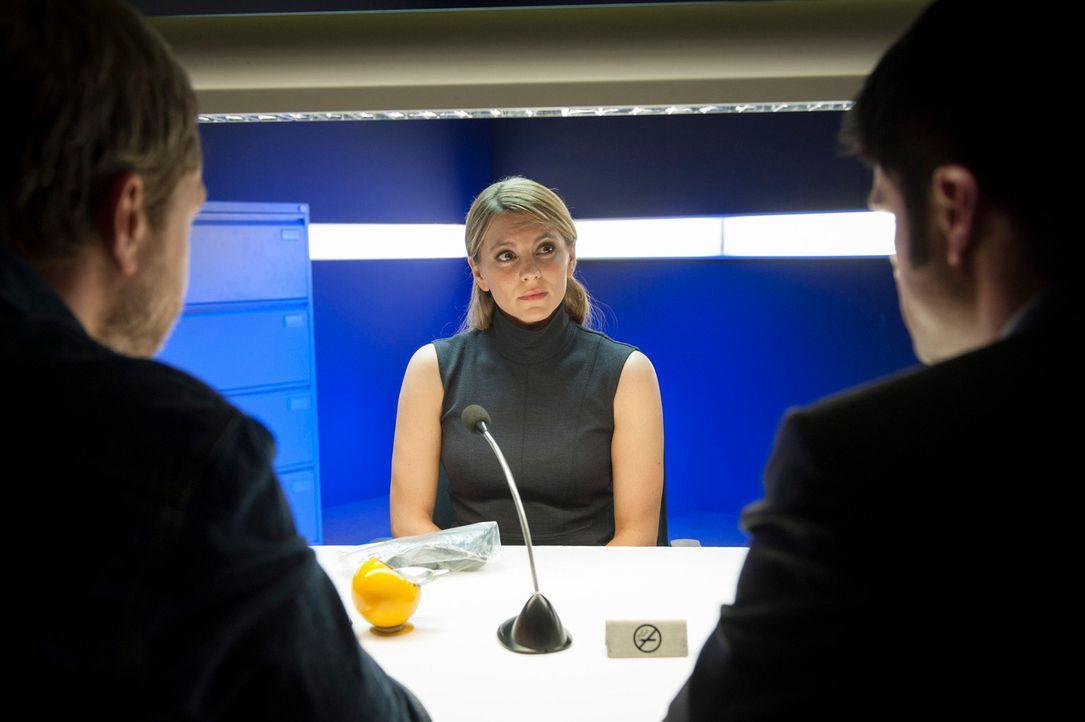 Die Freundin des Ermordeten, Silke Wieland (Luise Bähr), will von dessen krimineller Vergangenheit nichts gewusst haben ... - Bildquelle: Martin Rottenkolber SAT.1
