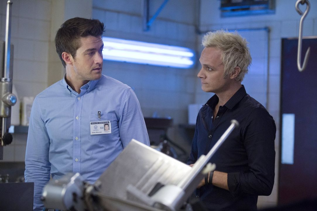 Major (Robert Buckley, l.) wagt sich in die Fleischerei von Blaine (David Anders, r.). Wird er diese auch leben wieder verlassen? - Bildquelle: Warner Brothers