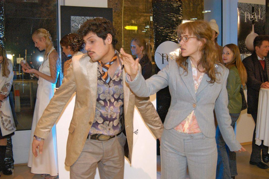Empört über Rokkos (Manuel Cortez, l.) Kuss, verpasst Lisa (Alexandra Neldel, r.) ihm eine Ohrfeige. (Dieses Foto von Alexandra Neldel darf nur in Z... - Bildquelle: Monika Schürle Sat.1