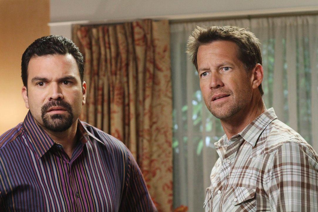 Als Susan von Gabrielle erfährt, dass Carlos (Ricardo Antonio Chavira, l.) Mike (James Denton, r.) Geld geliehen hat, planen die beiden Frauen ein g... - Bildquelle: ABC Studios