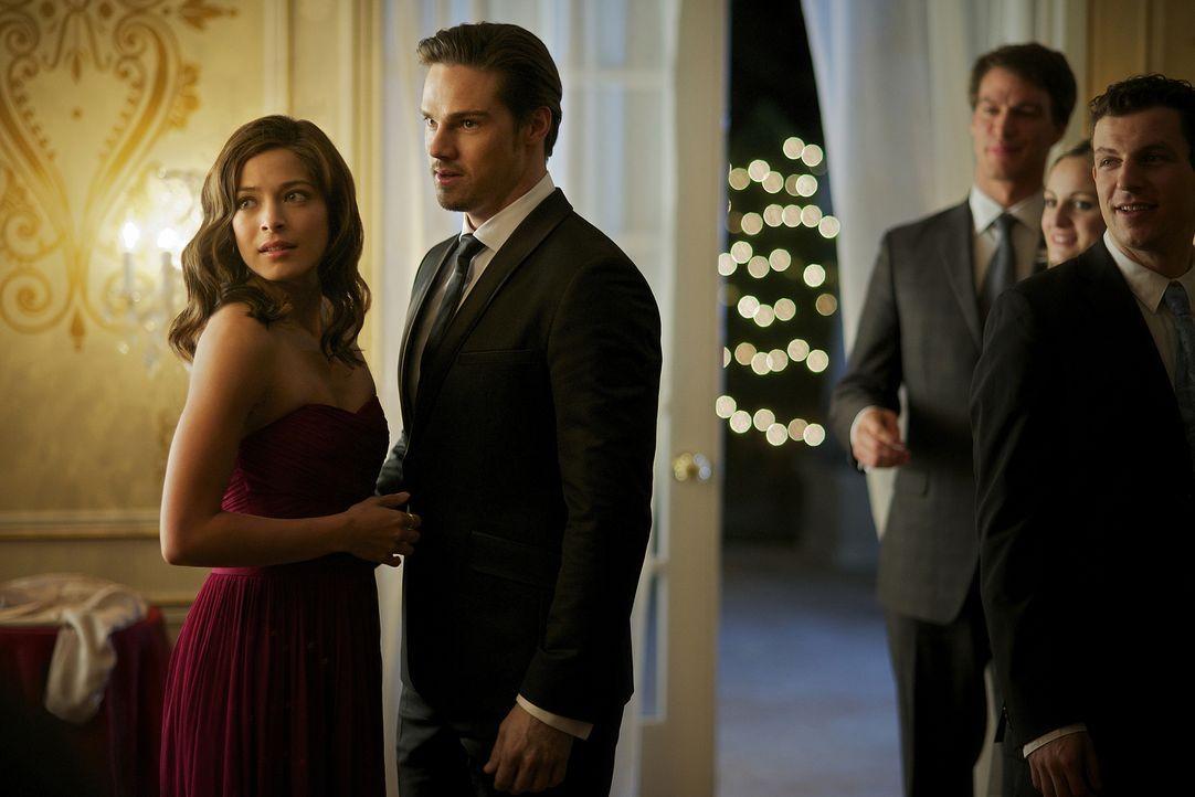 Kurzzeitig können Vincent (Jay Ryan, 2.v.l.) und Catherine (Kristin Kreuk, l.) das Versteckspiel beenden ... - Bildquelle: 2012 The CW Network, LLC. All rights reserved.