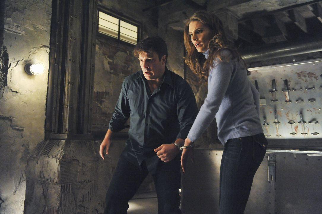 Gemeinsam suchen Castle (Nathan Fillion, l.) und Beckett (Stana Katic, r.) einen Ausweg aus ihrer Situation und fragen sich, warum sie in dem Keller... - Bildquelle: 2011 American Broadcasting Companies, Inc. All rights reserved.