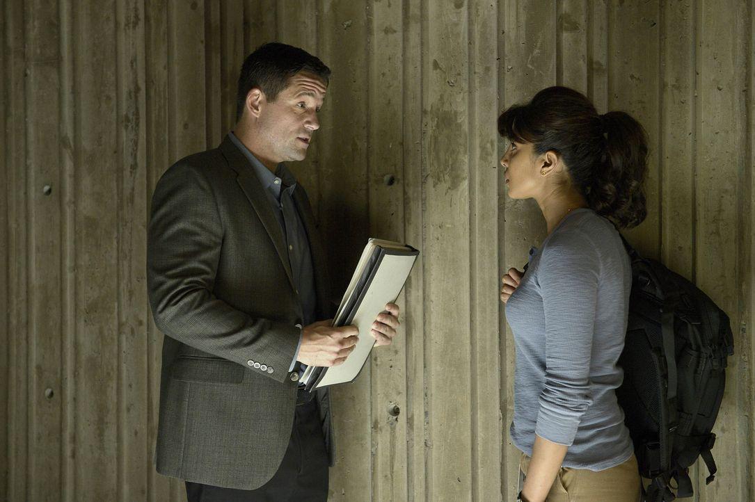 Endlich erhält Alex (Priyanka Chopra, r.) von Liam (Josh Hopkins, l.) Informationen über ihren Vater und dessen Vergangenheit beim FBI ... - Bildquelle: 2015 ABC Studios