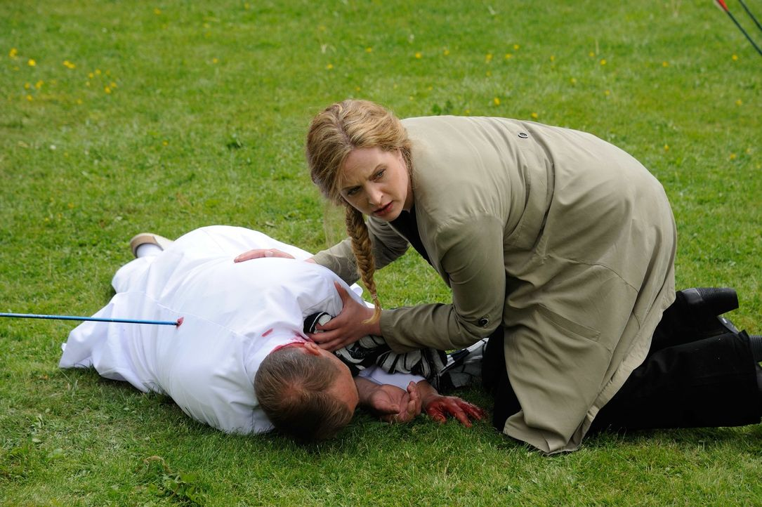 Während der Ermittlungen in einem Mordfall wird Tobias Rollberg (Thomas Arnold, l.) von einem Pfeil tödlich getroffen. Josephine (Diana Amft, r.) is... - Bildquelle: Hardy Spitz SAT.1