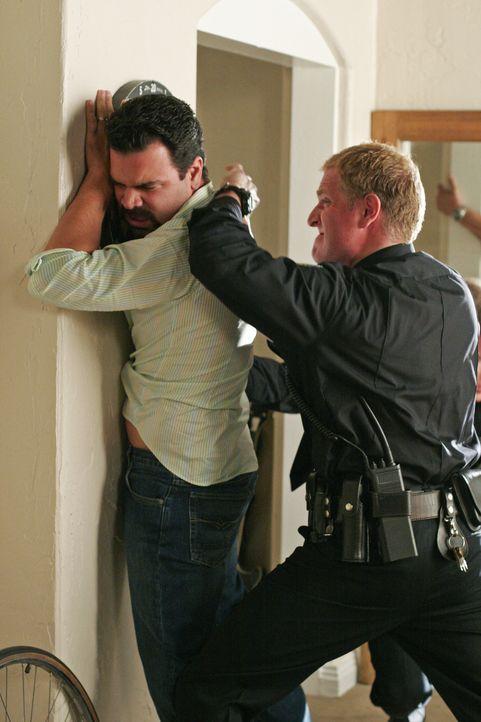 Nachdem Gabrielle Carlos (Ricardo Antonio Chavira, l.) erzählt hat, dass sie ihn verlässt, verfolgt er sie, ohne Rücksicht auf seinen Hausarrest. Ei... - Bildquelle: Touchstone Pictures
