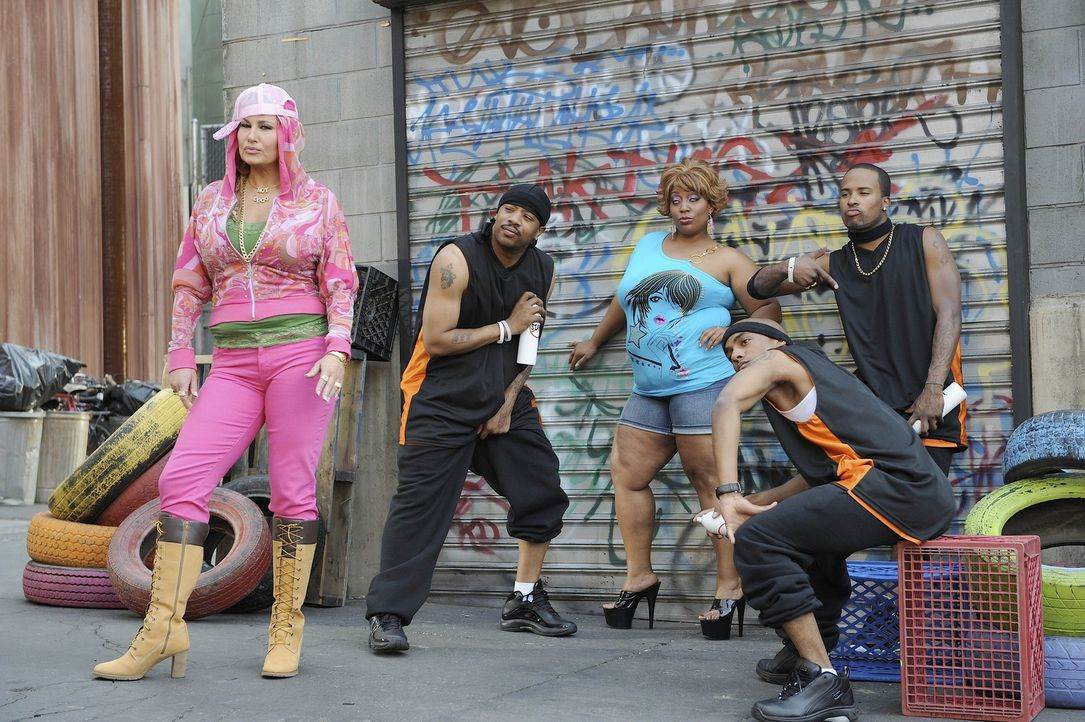Gibt alles, mit ihrer Hip-Hop-Karriere durchzustarten: Candy Richards alias Coco (Jennifer Coolidge, l.) ... - Bildquelle: Warner Bros. Entertainment Inc. All Rights Reserved.
