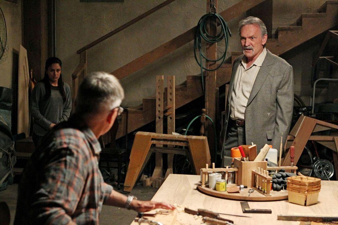 Eine Morduntersuchung führt Gibbs (Mark Harmon, M.) und McGee nach Afghanistan, wo sie eine Frauenunterkunft entdecken, die irgendwie mit Mike Frank... - Bildquelle: CBS Television
